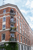 Voorgevel van de rode baksteenbouw met Balkons, Kopenhagen Stock Foto