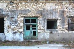 Voorgevel van een geruïneerd en dilapidated steengebouw Royalty-vrije Stock Foto's