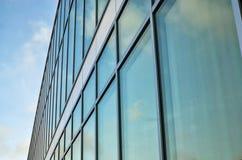 Voorgevel van een glazig modern gebouw royalty-vrije stock foto