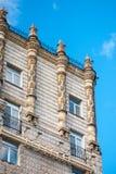 Voorgevel van een historisch gebouw met mooie architectuur stock afbeeldingen