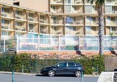 Voorgevel van een hotel met meerdere verdiepingen Royalty-vrije Stock Fotografie