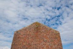 Voorgevel van een huis zonder vensters van rode bakstenen worden gemaakt die Royalty-vrije Stock Foto