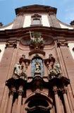 Voorgevel van een kerk en een beetje van blauwe hemel in Mainz in Duitsland stock foto's
