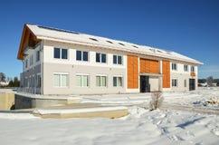 Voorgevel van een modern commercieel gebouw kort na zijn voltooiing in de winter royalty-vrije stock foto