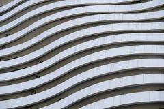 Voorgevel van een modern flatgebouw, buitenkant en architectuur een ontwerpconcept stock fotografie