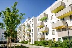 Voorgevel van een modern flatgebouw in de stad stock afbeeldingen