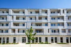 Voorgevel van een modern flatgebouw in de stad stock foto's