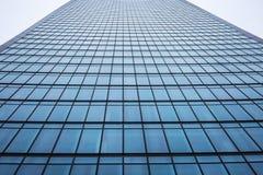 Voorgevel van een modern gebouw van de bureauwolkenkrabber in de stad stock foto's