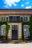 Voorgevel van een mooi buitenhuis Tuin europa Architectuur T Stock Foto's