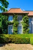 Voorgevel van een mooi buitenhuis Tuin europa Architectuur T Royalty-vrije Stock Foto