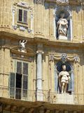 Voorgevel van een oud die gebouw door standbeelden, Palermo, Sicilië, Italië wordt overwonnen royalty-vrije stock fotografie