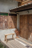 Voorgevel van een oud huis met uitstekende koffers dichtbij doo Royalty-vrije Stock Afbeeldingen