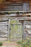 Voorgevel van een oud rachitisch houten gebouw Stock Foto