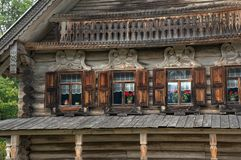 Voorgevel van een oud traditioneel slavic huis stock afbeeldingen