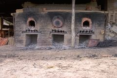 Voorgevel van een oude ceramische oven royalty-vrije stock afbeeldingen