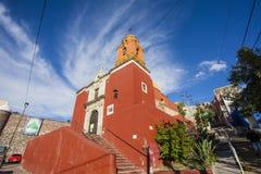 Voorgevel van een rode Rooms-katholieke kerk in Guanajuato, Mexico Stock Foto's