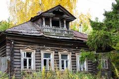 Voorgevel van een traditioneel Russisch die huis van houten logboekenizba wordt gemaakt met een balkon in de herfst Gorokhovets Stock Fotografie