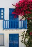 Voorgevel van een typische BLEU en een wit Grieks huis Royalty-vrije Stock Foto's