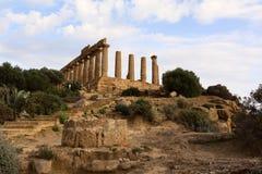 Voorgevel van geruïneerde oude Griekse tempel Stock Afbeeldingen