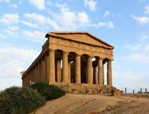 Voorgevel van geruïneerde oude Griekse tempel Stock Foto's