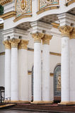 Voorgevel van het gebouw met mooie architecturale kolommen stock afbeeldingen
