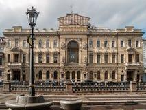 Voorgevel van het gebouw op het Griboedov-Kanaal in de stad van St Royalty-vrije Stock Afbeeldingen