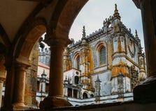 Voorgevel van het Klooster van Christus met zijn beroemd ingewikkeld Manueline-venster in middeleeuws Templar-kasteel in Tomar, P stock fotografie