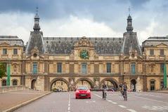 Voorgevel van het Louvremuseum in Parijs Royalty-vrije Stock Foto