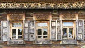 Voorgevel van het oude logboekhuis in het museum van houten architectuur Royalty-vrije Stock Afbeeldingen