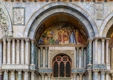 Voorgevel van het Teken` s Basiliek van Heilige op het Teken` s vierkant van Heilige in Venetië Stock Foto