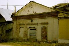 Voorgevel van het vernietigde gebouw met omhoog ingescheept Stock Foto
