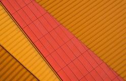 Voorgevel van metaalbladen in sinaasappel en rood stock afbeelding