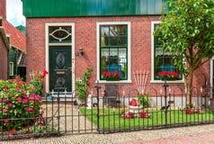 Voorgevel van Nederlands huis stock foto