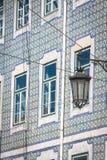 Voorgevel van oud huis in Alfama-district, Lissabon Stock Afbeeldingen
