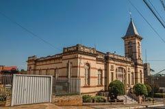 Voorgevel van oud kleurrijk Stadhuis met toren in een straathoek, op een zonnige dag in São Manuel stock foto's