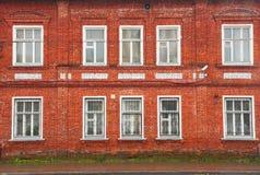Voorgevel van oud rood baksteenhuis Stock Afbeelding