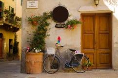 Voorgevel van oude osteria in Pienza Stock Afbeeldingen