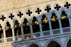 Voorgevel van Palazzo Ducale in Piazza San Marco, in Venetiaanse Gotische stijl wordt gebouwd die stock afbeelding