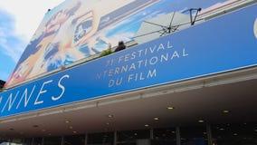 Voorgevel van Paleis van de filmfestival van Cannes, onthulling van nieuwe onbekende talenten stock video