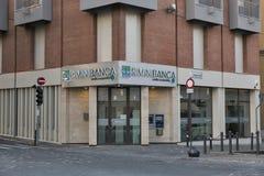 Voorgevel van RiminiBanca met geautomatiseerde tellermachine in Rimini, Italië Royalty-vrije Stock Foto's