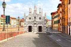 Voorgevel van Santa Maria della Spina - de kleine kerk in de Italiaanse stad van Pisa Stock Fotografie