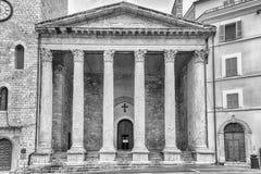 Voorgevel van Tempel van Minerva, iconisch oriëntatiepunt in Assisi, Italië stock afbeelding