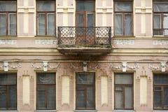 Voorgevel van verlaten historische de bouwarchitectuur in Europa stock foto