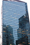 Voorgevel van Wolkenkrabber met bureaus Stock Fotografie
