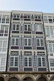 Voorgeveldetail: Vensters met witte houten galerijen en modernist stijl royalty-vrije stock foto