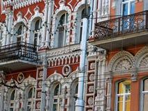 Voorgevelfragment van de historische rode en witte kleuren bouw Royalty-vrije Stock Fotografie