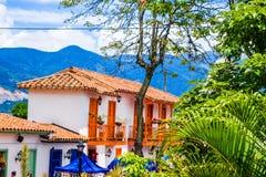 Voorgevelmening van kleidaken met sommige kleurrijke gebouwen in Pueblito Paisa in Nutibara-Heuvel, reproductie van stock afbeelding