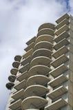 Voorgevelmuur van high-rise de bouw in grijs, zijaanzicht royalty-vrije stock afbeeldingen