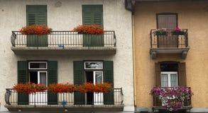 Voorgevels met bloemen, Cortina-dAmpezzo, Italië Stock Foto