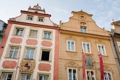 Voorgevels van de Rode Leeuwhotels en Bijou de Prague in Nerudova s royalty-vrije stock afbeeldingen